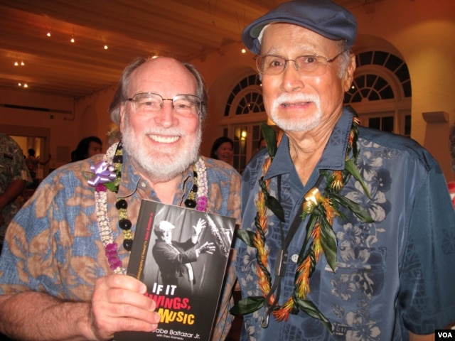 "Gabe Baltazar with Hawaii Governor Neil Abercrombie at a concert celebrating the release of Baltazar's autobiography, ""If It Swings, It's Music."" (H. Chang/VOA)"