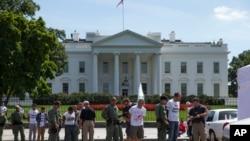 2014年8月28日抗议移民改革的抗议者在白宫外被逮捕。