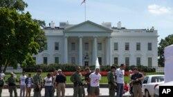 2014年8月28日抗議移民改革的抗議者在白宮外被逮捕
