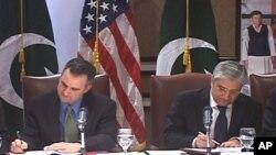 فرینک روجیرو اور پاکستانی عہدیدار جنوبی وزیرستان میں گومل زم اور سکردو میں ستپارہ ڈیم کی تعمیر کے منصبوں میں سرمایہ کاری کے معاہدوں پر دستخط کرتے ہوئے