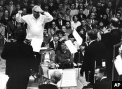 지난 1984년 레너드 번스타인이 오스트리아에서 열린 오케스트라를 지휘하고 있다.