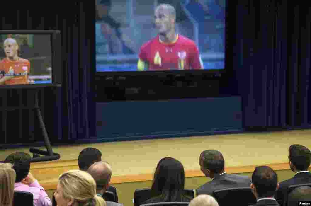 صدر اوباما بڑی توجہ کے ساتھ میچ دیکھ رہے ہیں۔