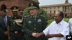 4일 인도를 방문한 량광례 중국 국방부장(가운데)와 A. K. 안토니 인도 국방장관.