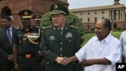Bộ trưởng Quốc phòng Ấn Độ A.K. Antony và Bộ trưởng Quốc phòng Trung Quốc Lương Quang Liệt tại New Delhi, ngày 4/9/2012
