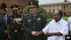 Министр обороны КНР Лян Гуанле (в центре) со своим индийским коллегой А.К. Энтони (справа). Нью-Дели. 4 сентября 2012 г.