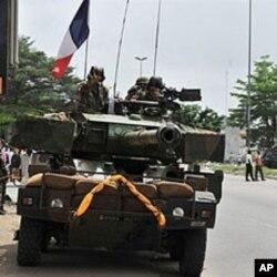 Des soldats de la force française Licorne en patrouille à Abidjan