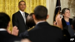 Barack Obama aboga por la reforma migratoria durante ceremonia de naturalización de 28 inmigrantes en la Casa Blanca.