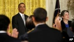 Presiden Obama memberikan sambutan dalam upacara naturalisasi di Gedung Putih bagi 28 warga baru Amerika (25/3).
