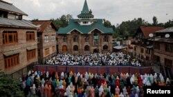 بھارت کے زیرِ انتظام کشمیر کے دارالحکومت سرینگر کی ایک مسجد میں نمازِ عید ادا کی جا رہی ہے۔