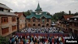 Warga Kashmir menunaikan sholat Idul Adha di sebuah masjid di Srinagar, 12 Agustus 2019.
