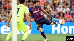 L'attaquant argentin de Barcelone Lionel Messi tire sur le gardien de but argentin du SD Huesca, Axel Werner, lors du match de football entre le FC Barcelona et SD Huesca, au stade Camp Nou de Barcelone, le 2 septembre 2018.