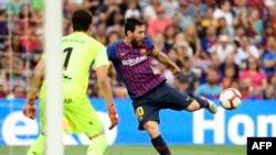 Lionel Messi tire lors du match entre le FC Barcelone et SD Huesca, Espagne, le 2 septembre 2018.