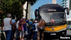 People try to board a public bus in Havana, Cuba, September 11, 2019. (REUTERS/Alexandre Meneghini)