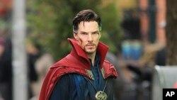 英國影星班尼狄‧甘巴貝治(Benedict Cumberbatch)飾演奇異博士的造型