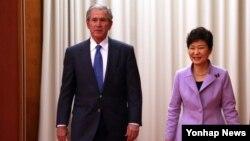 한국을 방문 중인 조지 부시 전 미국 대통령(왼쪽)이 3일 청와대에서 박근혜 한국 대통령을 접견했다.