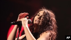 Alessia Cara ຮ້ອງເພງໃນງານສະແດງ Hot 99.5's iHeartRadio Jingle Ball 2015 ທີ່ສູນ Verizon ໃນ ວັນທີ 14 ທັນວາ 2015,ໃນ Washington, D.C.
