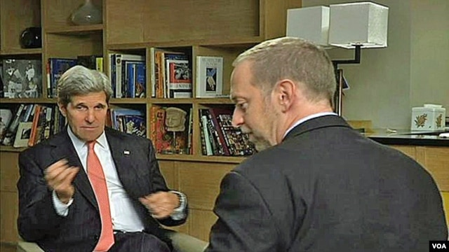 U.S. Secretary of State John Kerry (l) being interviewed by VOA State Department Correspondent Scott Stearns in New Delhi, June 24, 2013.