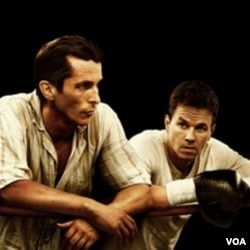 Christian Bale (kiri) dan Mark Wahlberg dalam 'The Fighter.'