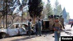 Polisi Afghanistan tengah menginspeksi kerusakan mobil militer akibat serangan bom bunuh diri di Lashkar Gah, provinsi Helmand, Afghanistan, 11 Februari 2017 (Foto: dok).