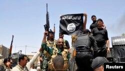 فورسز اسلامک اسٹیٹ کا پرچم اتار رہے ہیں (فائل فوٹو)