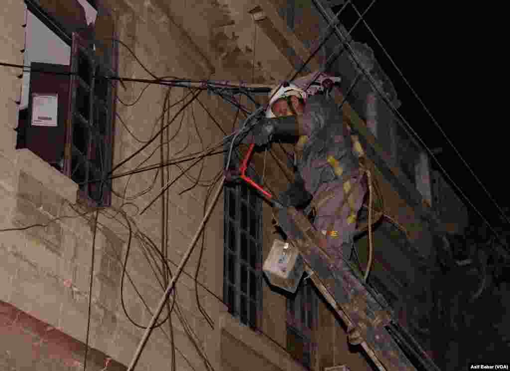 عمارت گرنے سے بجلی کی تاریں بھی ٹوٹ گئیں جس کی مرمت کا کام جاری ہے