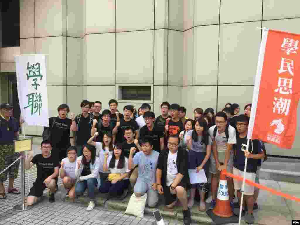 香港上诉庭的对学民思潮前召集人黄之锋、学联前秘书长周永康及前常委罗冠聪改判裁定,引发泛民的广泛不满。数百名支持者在高等法院内外高喊口号声援三人。