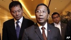 Philippines Vice President Jejomar Binay, center, reads out a joint statement to the journalists at a hotel in Beijing, China Friday, Feb. 18, 2011.