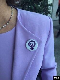 HDP'li Filiz Kerestecioğlu yakasına feminizm simgesi rozetle yemin etti.