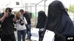 بحث قانون منع استفاده از روبنده در فرانسه هنوز ادامه دارد