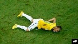 巴西球星尼馬對哥倫比亞受傷後倒在場中