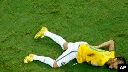 Colombia အသင္းက Juan Zuniga ရဲ႕ ဒူးနဲ႔တိုက္မိၿပီး ေက်ာ႐ိုးတဆစ္ က်ဳိးသြားတဲ့ ဘရာဇီးတိုက္စစ္မႉး Neymar