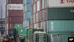 堆在上海港口附近的集裝箱(資料照片)