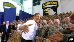 奧巴馬總統在肯塔基州坎貝爾陸軍基地向星期日在巴基斯坦參加危險行動的軍人表示祝賀