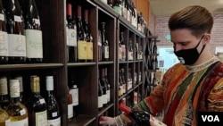 """Dejvid Vils, menadžer prodavnice alkohola """"UnWined"""" kojoj je od početka epidemije u SAD skočio profit za više od 30%."""
