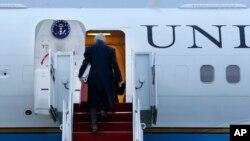 Джон Керри поднимается на борт самолета, для перелета в Лондон. Авиабаза Эндрюс, Мэриленд. 24 февраля 2013 года