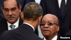 Le président américain Barack Obama, du dos, se serre la main avec homologue sud-africain Jacob Zuma, à droite, lors la Conférence mondiale sur le changement climatique 2015 (COP21) à Bourget, près de Paris, France, 30 novembre 2015. REUTERS / Martin ouverture Bureau / Pool - RTX1WHZ4
