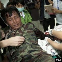 Seorang tentara Thailand yang terluka akibat tembakan dirawat di rumah sakit provinsi Si Sa ket, Thailand (6/2).