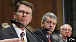美国驻澳大利亚大使约翰·贝里(左)
