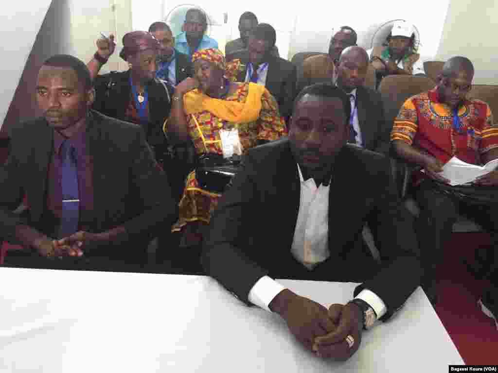 Observateurs et membres du bureau de vote n°1 de Niamey, le 20 mars 2016.