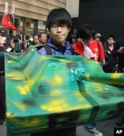 香港理工大學社工系學生彭同學以坦克打扮參與遊行