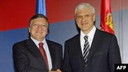 Predsednik Srbije Boris Tadić i predsednik Evropske komisije Žoze Manuel Barozo se rukuju na početku susreta u zgradi Predsedništva u Beogradu.