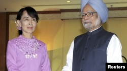 India's Prime Minister Manmohan Singh (R) shakes hands with Burma pro-democracy leader Aung San Suu Kyi during their meeting in Rangoon, May 29, 2012.