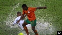 Katongo de la Zambie en duel avec Abubaker al Abaidy de la Libye au cours d'un match de la Coupe d'Afrique des Nations à Bata, en Guinée Eguatoriale