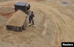 지난 2012년 3월 중국 장시 성 난창 시의 희토류 광산에서 인부가 흙을 퍼나르고 있다.
