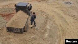 Seorang pekerja di lokasi tambang logam rare earths atau logam tanah jarang di Nancheng, Provinsi Jiangxi, China, 14 Maret 2012.