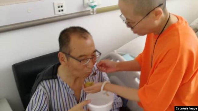 刘霞在医院病房陪护患肝癌晚期的刘晓波。(网络图片)