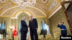Presiden Rusia Vladimir Putin (kiri) dan Presiden Turki Recep Tayyip Erdogan dalam pertemuan di Kremlin, Moskow, 10 Maret 2017. (Foto: dok).