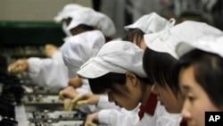 富士康工人在工作