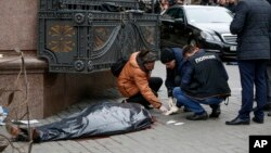 Сотрудники полиции исследуют место преступления, где был убит Денис Вороненков. Киев, Украина. 23 марта 2017 г.