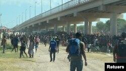 Ribuan migran berada di kamp darurat di bawah jembatan dekat perbatasan AS-Meksiko, di kota Del Rio, Texas.